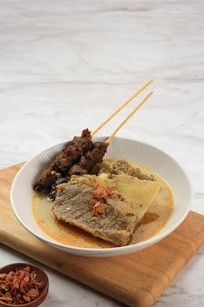 Gule kambing jawa timur ou east java lamb curry, menu delicioso para eid al adha. normalmente servido com sate kambing (espetos de carneiro), espaço para texto