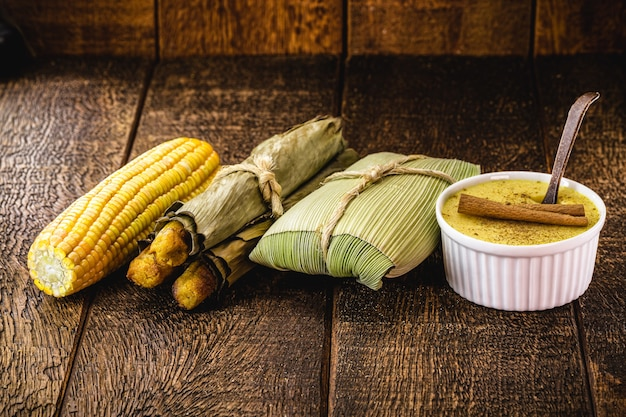Guloseimas brasileiras, doces rurais das festas juninas, milho cozido, pão de milho, curry doce com canela e pirão