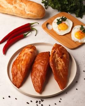 Guloseimas de carne e salsicha salsicha ao frio fatiada sanduíches com produtos de carne