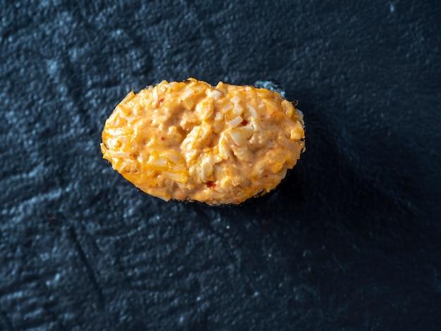 Guncan picante com frango e molho picante em uma superfície de textura escura. vista de cima, plano