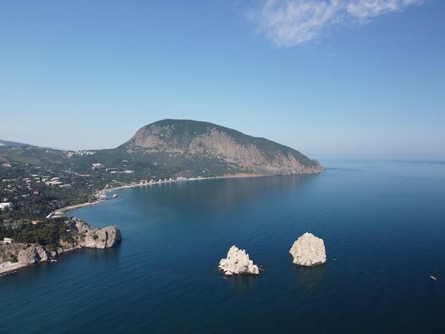 Gurzuf criméia vista panorâmica aérea na baía de gurzuf com ayudag da montanha de urso e rochas adalary artek