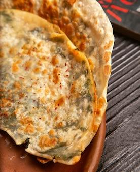 Gutab vegetal da carne tradicional, qutab, gozleme na placa de madeira.