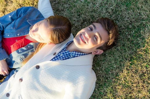 Guy deitado com a namorada ao ar livre