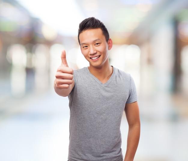 Guy em um shopping center com polegar acima