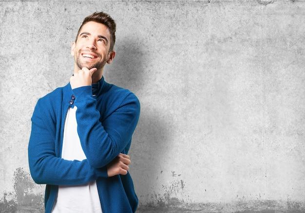 Guy em uma jaqueta de pensamento azul