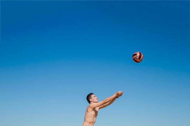 Guy tocando no vôlei