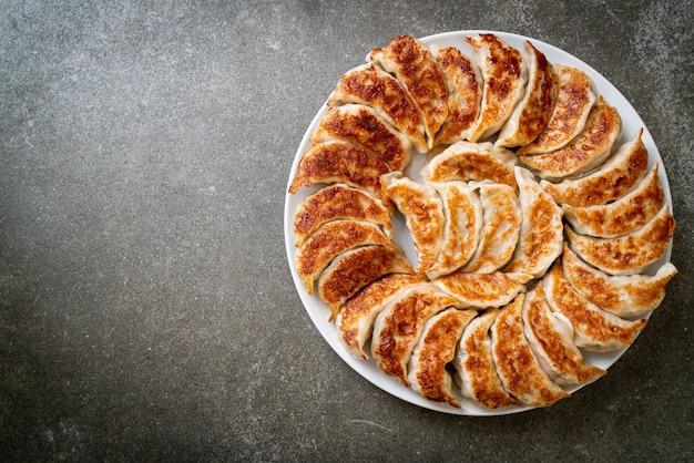 Gyoza frito ou lanche de bolinhos com molho de soja