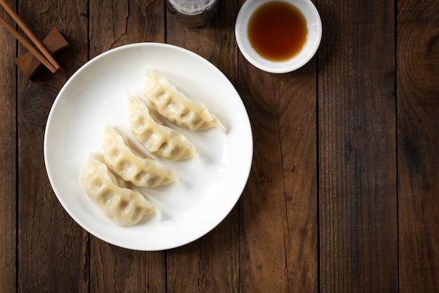 Gyoza japonês com um prato