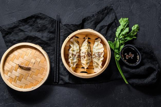 Gyoza japonês em um vaporizador de bambu tradicional.
