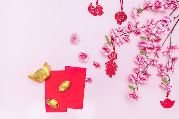 Gyozas dourados e flores em rosa com cartões em branco