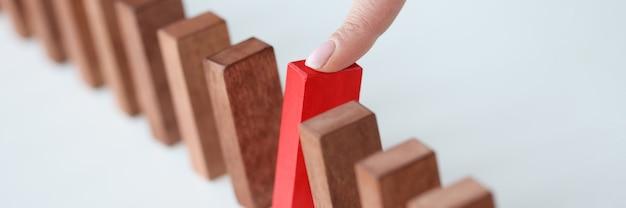 Há blocos de madeira na mesa, um deles em vermelho é puxado. abordagem única para o conceito de tarefas de negócios