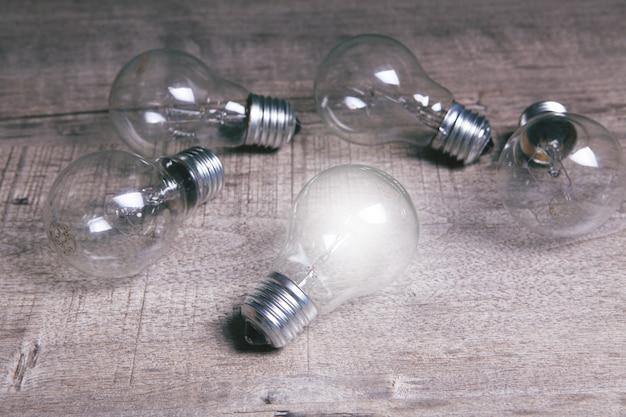 Há lâmpadas sobre a mesa. ideia de conceito