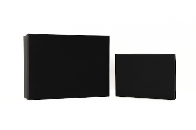 Há uma caixa preta no fundo branco