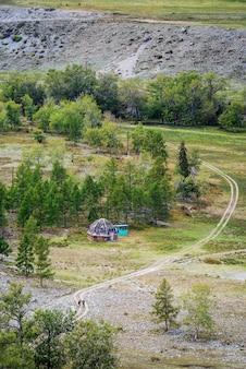 Habitação tradicional de altai. paisagem de outono nas montanhas altai, vista aérea