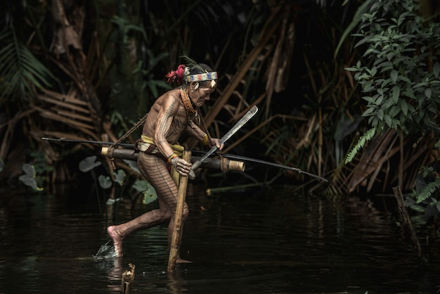 Habitantes indígenas étnicos das ilhas de muara siberut em sumatra ocidental, ilha de siberut, indonésia.