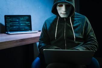 Hacker com laptop