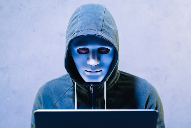 Hacker com laptop