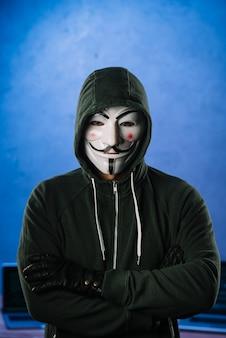 Hacker com máscara anônima