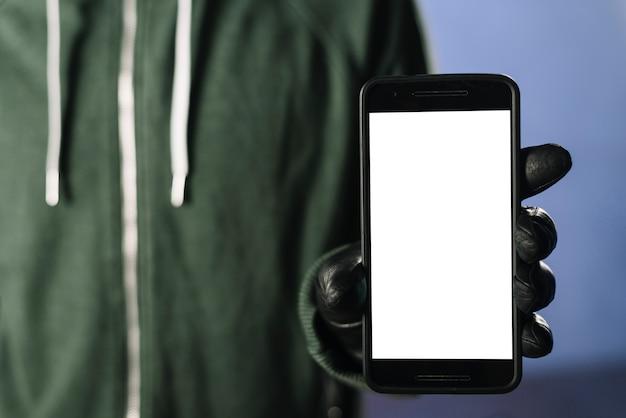 Hacker com modelo de smartphone