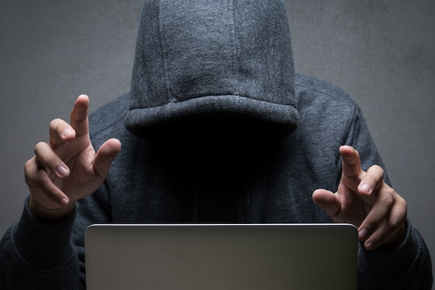 Hacker com notebook