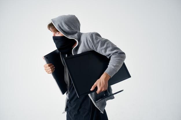 Hacker crime anonimato cautela balaclava luz de fundo