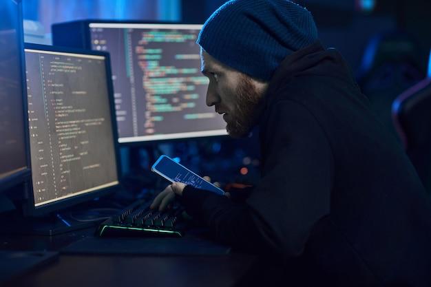 Hacker de computador invadindo o sistema