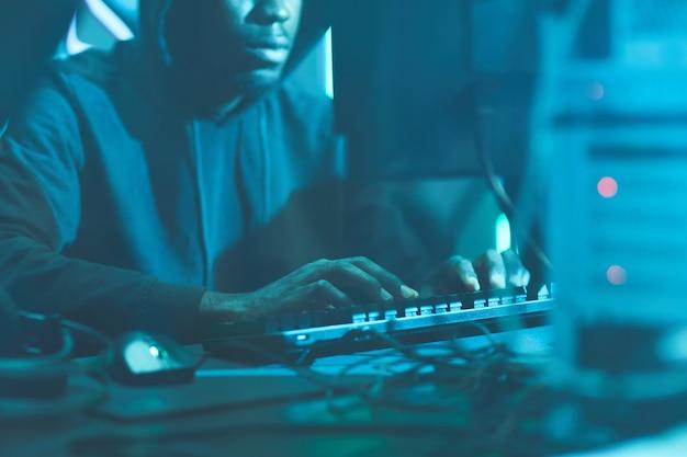 Hacker de segurança digitando no teclado