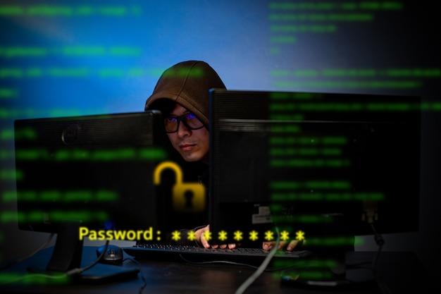 Hacker digite o código e o programa para hackear o sistema e a senha com o pc do computador. informações de ataque de dados de hacking cibernético digital.