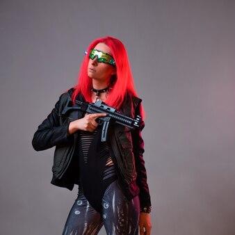 Hacker futurista de techno bandit, uma imagem fantástica, uma jovem de cabelo rosa usa óculos de realidade aumentada de alta tecnologia e usa armas
