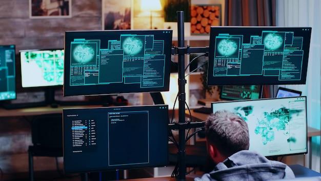 Hacker masculino cobrindo o rosto após um hack fracassado no governo.