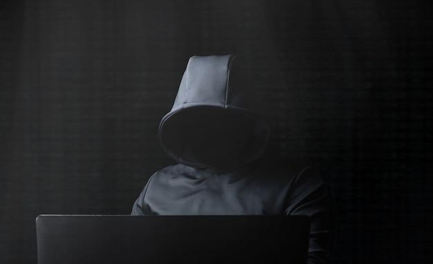 Hacker no computador. darknet.