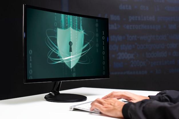 Hacker quebrando a segurança de dados do código binário