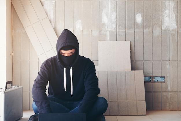 Hacker, trabalhando em seu computador, guerra, terrorismo, terrorista e bandido conceito
