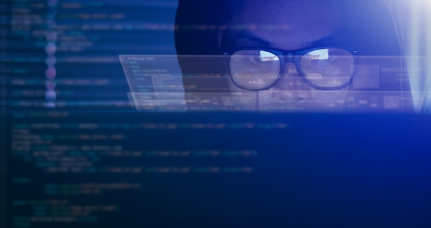 Hacking e conceito de crime de internet, hacker usando código de computador na interface digital.