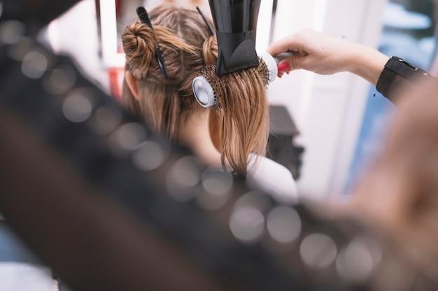 Hairstylist cabelo de higienização com secador
