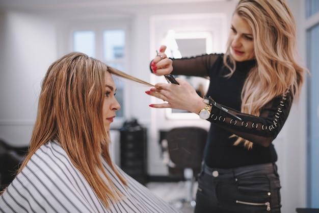 Hairstylist cortando o cabelo do cliente