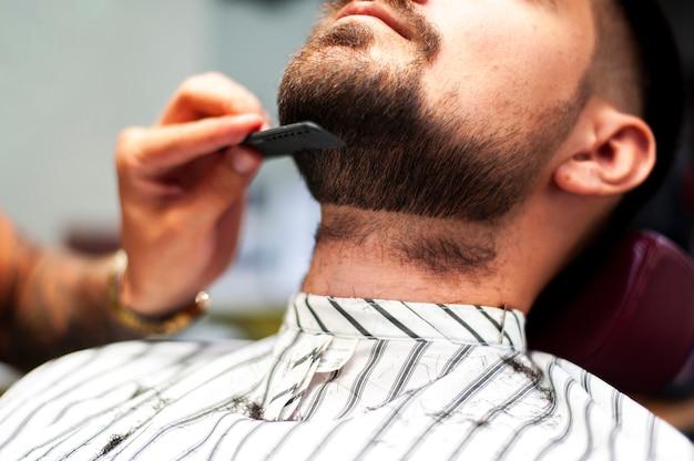 Hairstylist, penteando, barba cliente