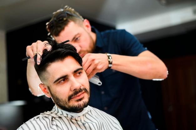 Hairstylist prestando atenção aos detalhes