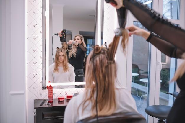 Hairstylist usando escova e secadora