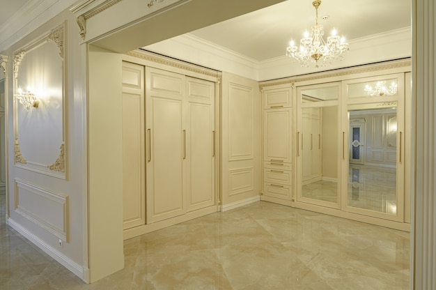 Hall de entrada moderno e luxuoso em bege e dourado