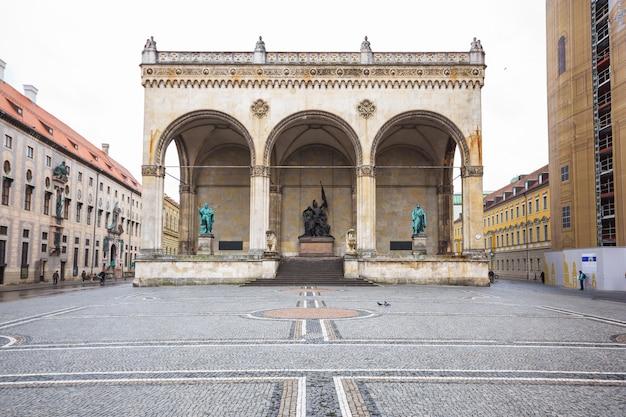 Hall de marechal de campo e a estátua do leão na frente de feldherrnhalle na odeonsplatz, munic