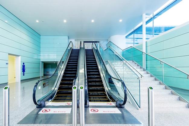 Hall e escadas rolantes