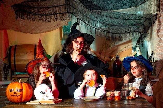 Halloween engraçado crianças engraçadas em fantasias de carnaval dentro de grupo de bruxinha com uma abóbora e ...