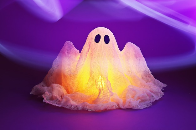 Halloween fantasma de amido e gaze em ultravioleta