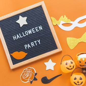 Halloween fornece perto de quadro com a escrita