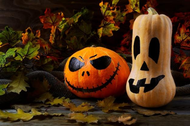 Halloween tradicional jack-o-lanterna e folhas de outono