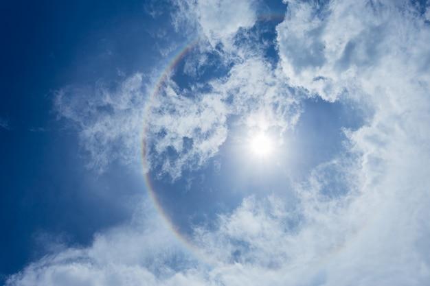 Halo de sun com fundo do céu azul com nuvens brancas.
