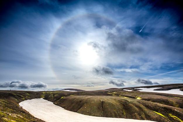 Halo solar visto em uma manhã fria na caminhada de 54 km de landmannalaugar, islândia