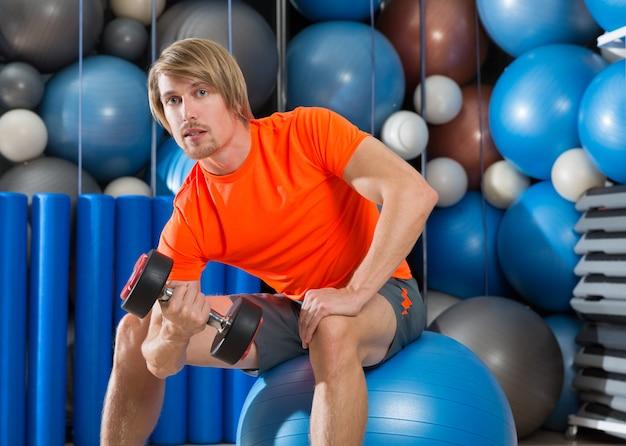 Haltere concentrado bíceps curl homem fitball
