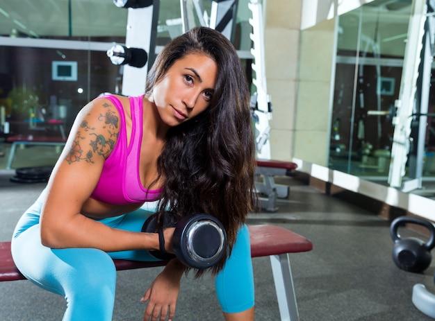 Haltere concentrado bíceps onda menina mulher